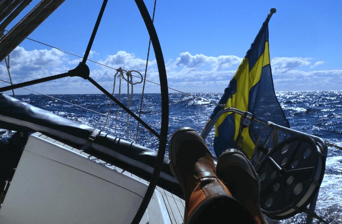 Premium önskar glad sommar med en seglingsbild